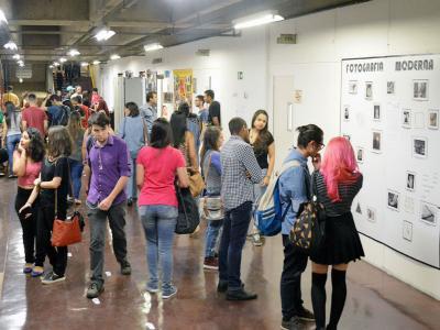 Imagem mostra expectadores na mostra