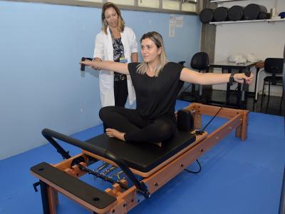 imagem mostra paciente na clínica de fisioterapia