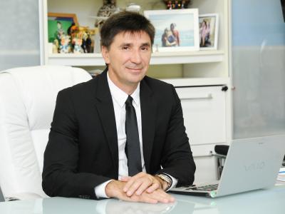 imagem mostra Dr. Janguiê Diniz  em sua mesa de trabalho