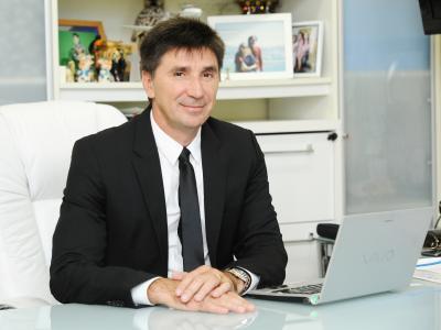 imagem mostra Dr Janguiê em sua mesa de trabalho