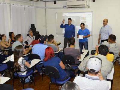 Alunos assistindo à palestra durante visita à Companhia das Asas