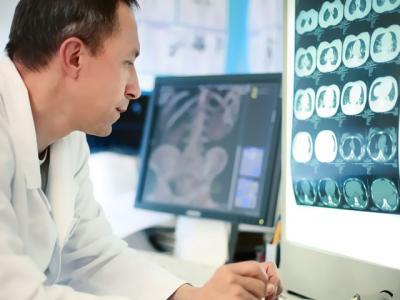 técnico avalia radiografia