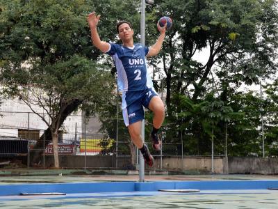 Imagem mostra atleta em quadra