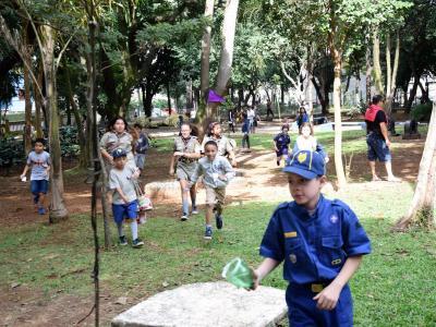 Imagem mostra crianças em recreação
