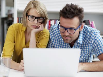 jovens estudam em frente ao computador