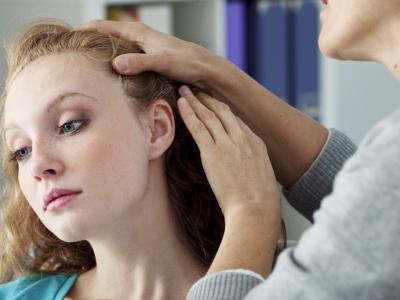 mulher mostra o couro cabeludo