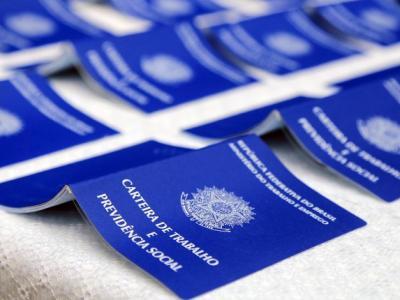 Imagem mostra várias carteiras de trabalho