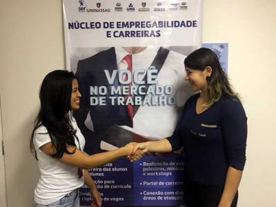 Imagem mostra estudante contratada com analista do NEC