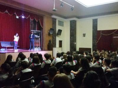 Imagem  mostra apresentação no teatro da escola