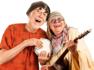 idosos com instrumentos musicais