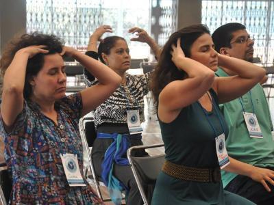 Imagem mostra pessoas fazendo massagem na cabeça