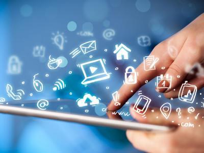 Imagem mostra uma pessoa mexendo no tablet