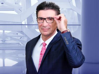 Imagem mostra Janguiê Diniz segurando óculos