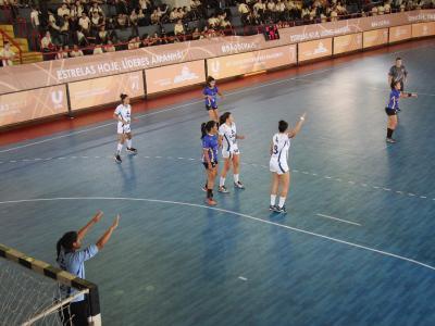 Imagem mostra atletas jogando handebol