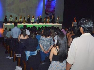 Imagem mostra auditório cheio durante abertura