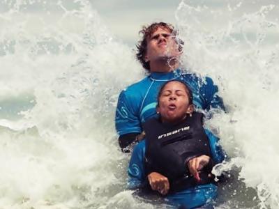 Imagem mostra atleta de surf adaptado