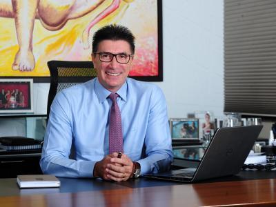 Imagem mostra Janguiê Diniz sentado à mesa