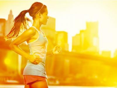 Imagem ilustra mulher se exercitando