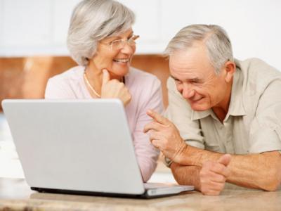 Imagem mostra idosos mexendo no computador