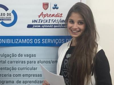 Imagem mostra aluna que conquistou vaga de estágio