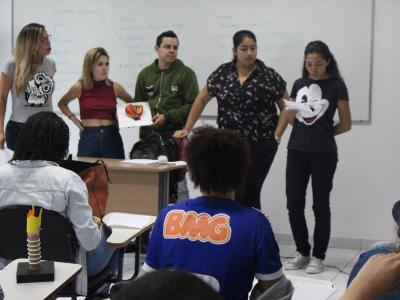 A imagem mostra uma pessoa promovendo um curso