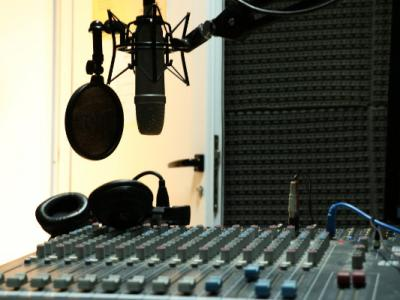 Imagem mostra estúdio de Rádio
