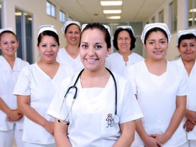 Imagem mostra enfermeiras em pé