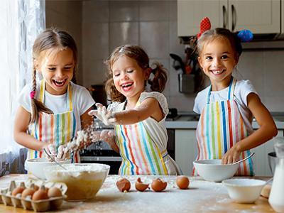 Imagem mostra crianças cozinhando