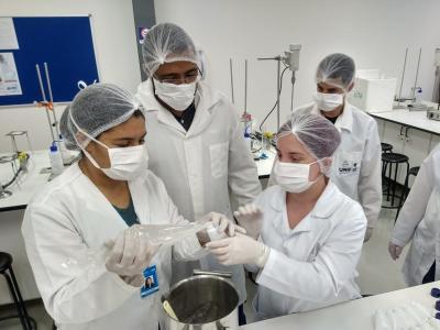 Imagem mostra alunos produzindo álcool gel