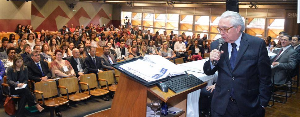 imagem  mostra mesa durante  Congresso
