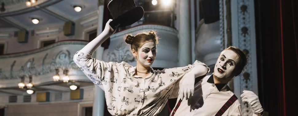 Teatro musical se tornou um dos gêneros mais queridos entre artistas e público. Foto: Freepik