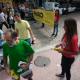 Imagem mostra pessoas fazendo panfletagem