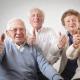 Imagem mostra três idosos fazendo sinal de positivo