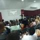 Imagem mostra público acompanhando palestra
